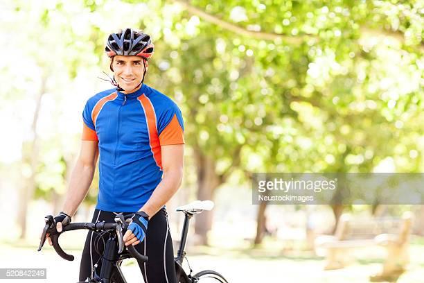 Homme de sport en vélo dans le parc