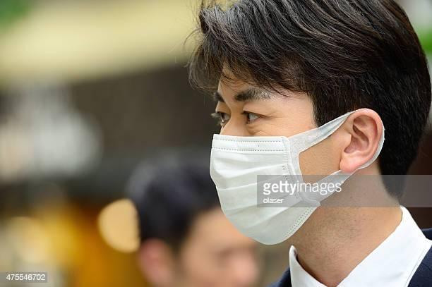 Mann in Anzug mit Gesichtsmaske