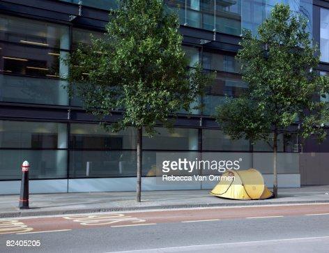 Man in tent on street : ストックフォト