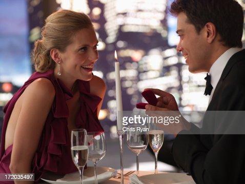 Homem de smoking propõe a namorada Noivado : Foto de stock