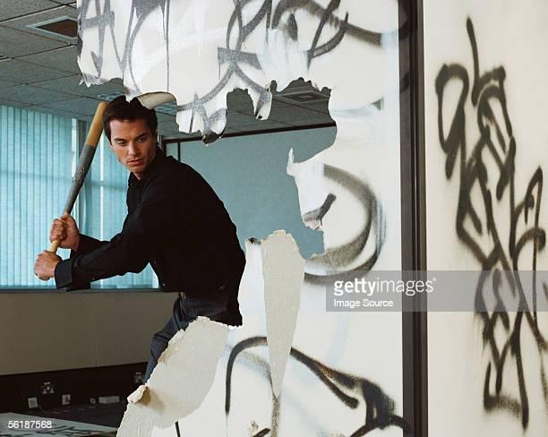 vandalized Büro Mann mit Baseballschläger