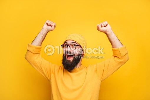 Homme en jaune se sentir heureux : Photo