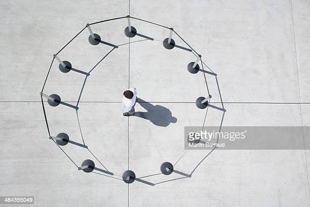 Uomo all'interno di un cerchio di piedi nel cordone post