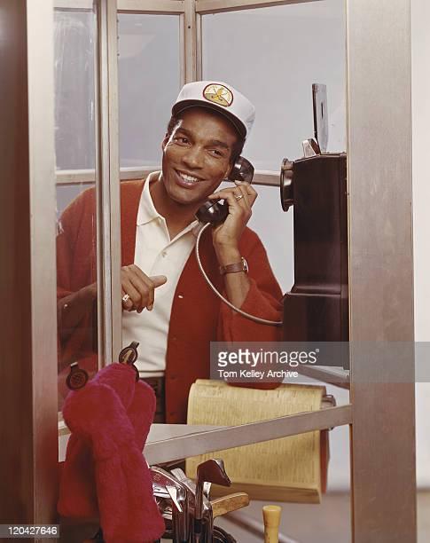 Mann im Telefonzelle spricht am Telefon
