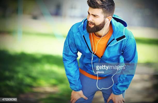 男性の公園でジョギングします。