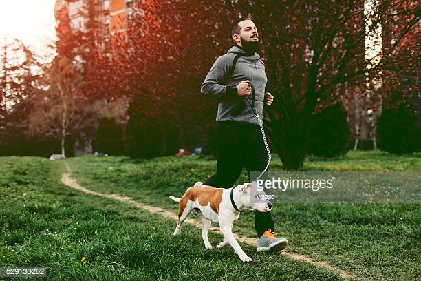 Hombre con su perro para trotar.