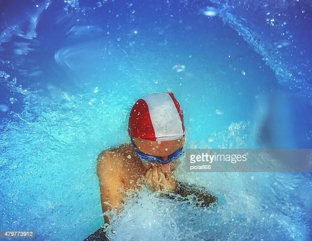 Homme sautant et la plongée en piscine