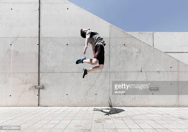 Homme sauter haut