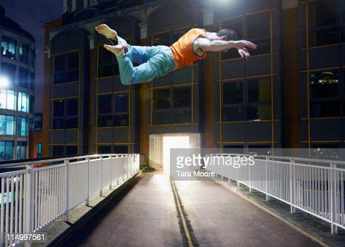 man jumping in city : Stockfoto
