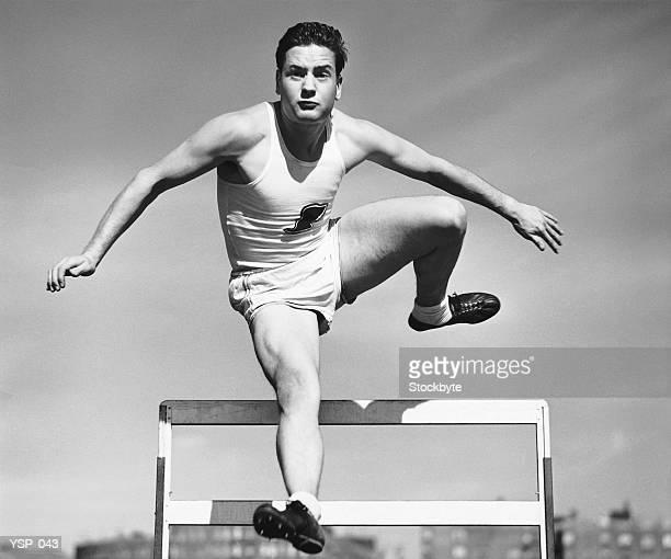 Uomo saltare oltre l'ostacolo