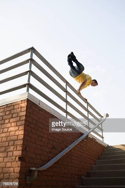 男性の手すりの上をジャンプ