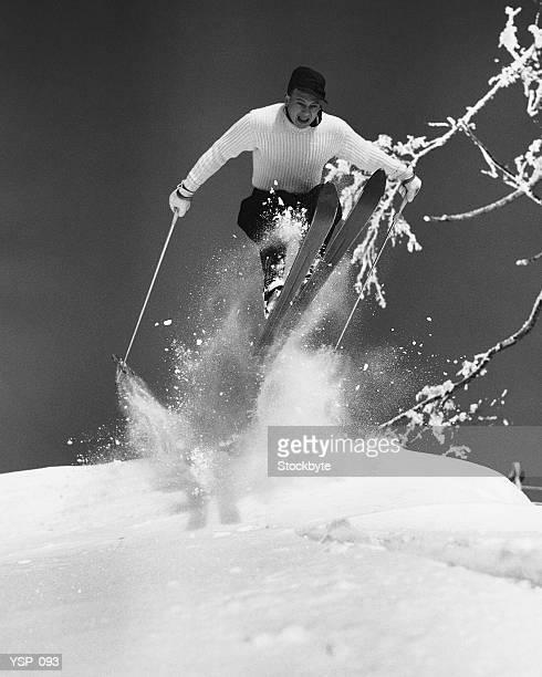 Uomo saltando attraverso aria con gli sci