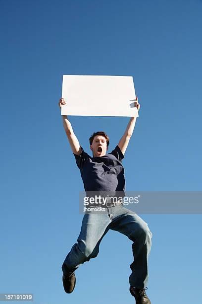 Homme sautant avec panneau