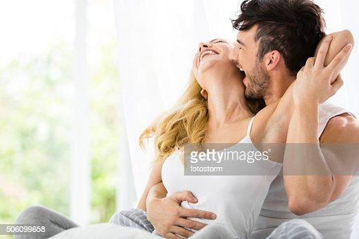 男にキスをする女性のベッド