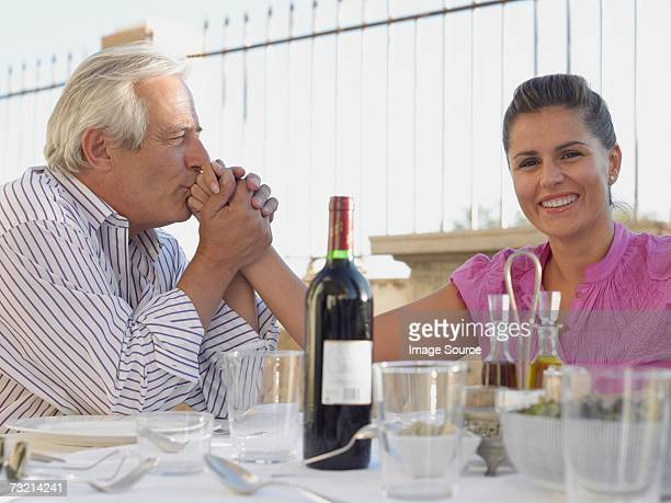 Mann Küssen Frau hand
