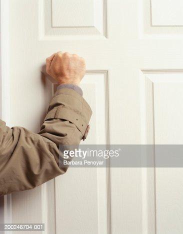 Man knocking on door, (Mid section) : Foto de stock