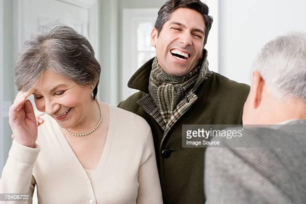 Homme rire avec les parents