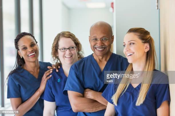 Equipo de profesionales médicos multiétnicos del hombre