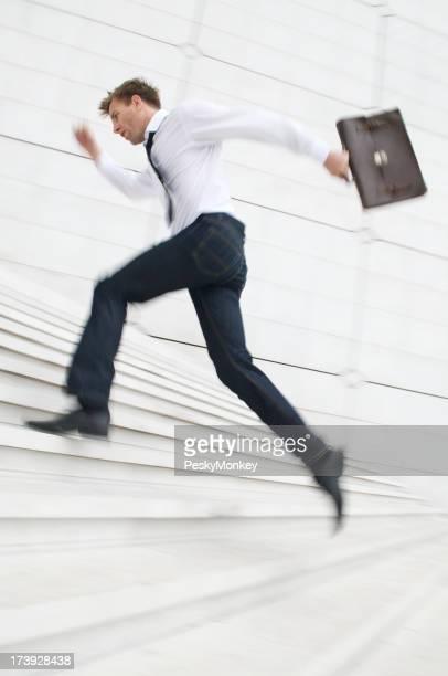 Uomo salti di scala bianca con cartella