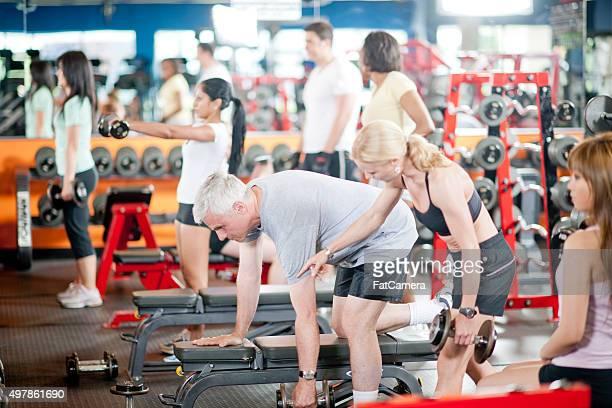 Mann heben Hanteln im Fitness