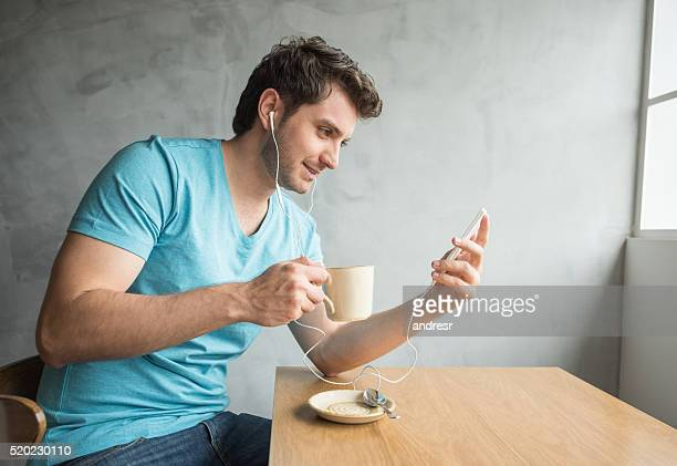 Man listening to music at a cafe