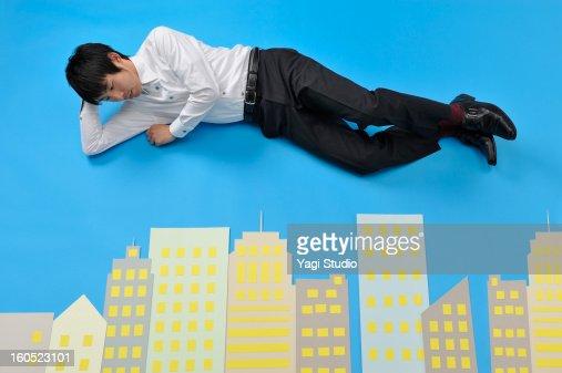 Man looking at a building : Foto de stock