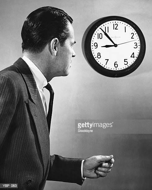 Homme regarder Horloge