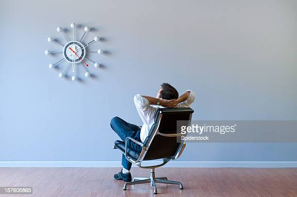 Homme regarder horloge rétro en salle vide