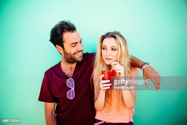 Homem Olhando para a mulher beber Bebida