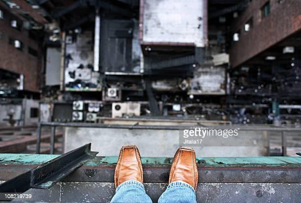 Hombre mirando hacia abajo desde una cornisa-Suicidio concepto de