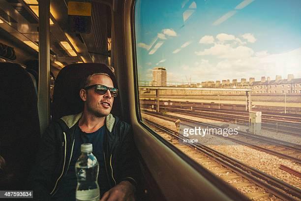 Mann aus dem Zug Fenster Blick auf seiner Reise
