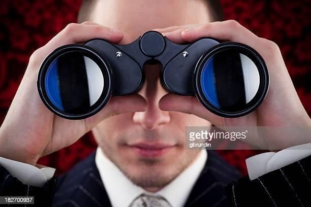 Mann, Blick durch das Fernglas