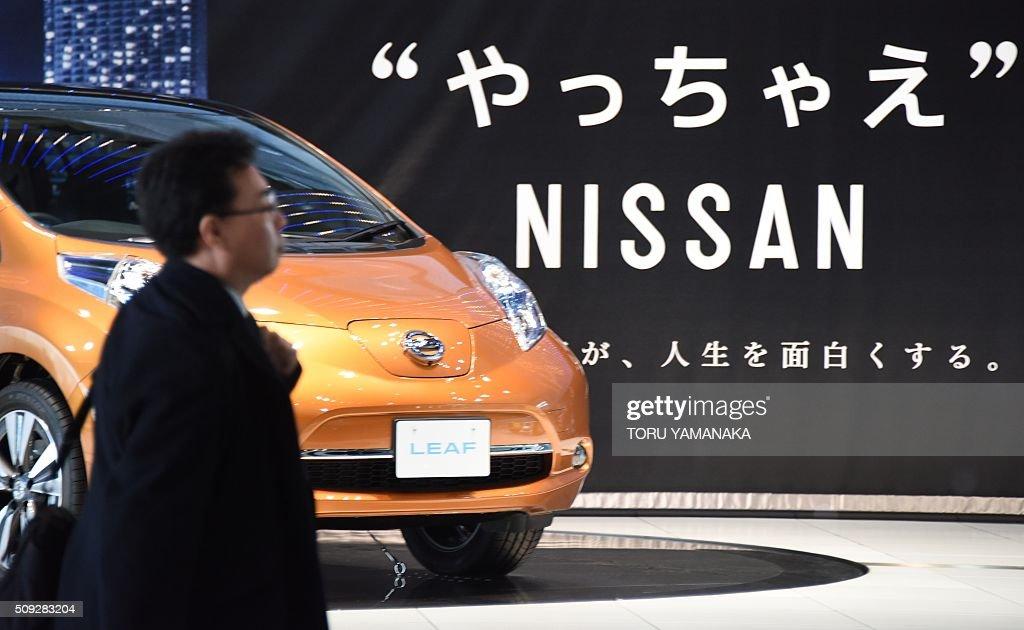 A man looks around vehicles at the showroom of the headquarters of Japan's auto maker Nissan Motor in Yokohama, suburb of Tokyo, on February 10, 2016. AFP PHOTO / Toru YAMANAKA / AFP / TORU YAMANAKA
