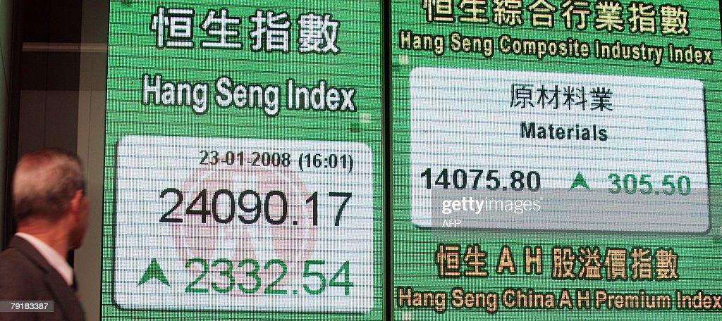 A man looks at the stock board displaying the Hang Seng Index in Hong Kong, 23 January 2008. Hong Kong share prices staged a spectacular recovery 23 January rallying 10.7 percent and wiping out the previous record plunge, as interest rate cuts here and in the US salvaged investor confidence, dealers said.