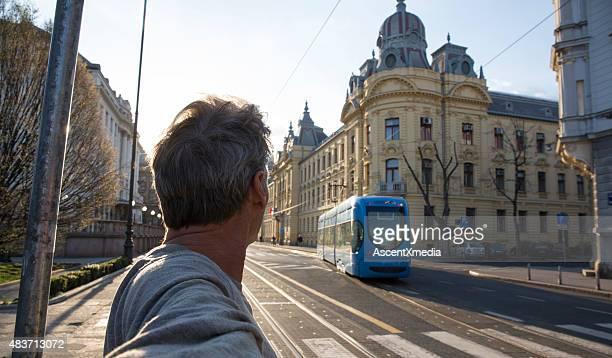 Man sieht auf städtischen Straße nähern cablecar