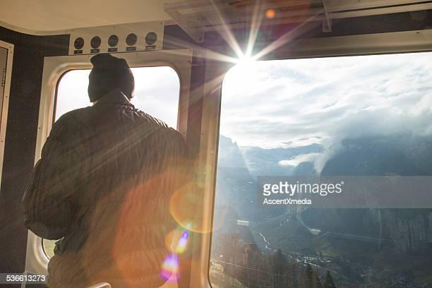 Man sieht aus der Bahn auf die Berge und das Tal
