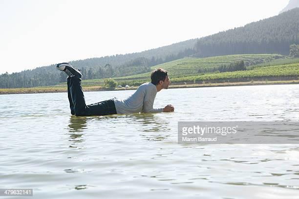 Homme allongé sur l'eau