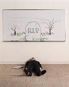 Mann liegt auf dem Boden unter whiteboard illustrated mit schweren Stein