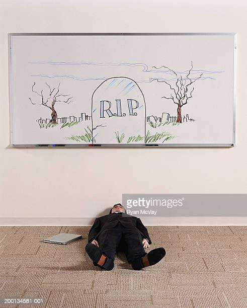 Homem Deitado de palavra no quadro branco ilustrado pedra com acento grave