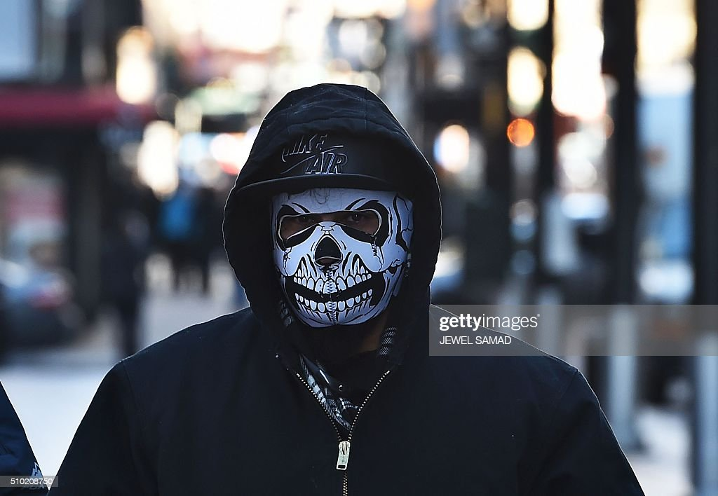 A man makes his way during a cold morning in downtown Manhattan, New York, on February 14, 2016. / AFP / Jewel Samad