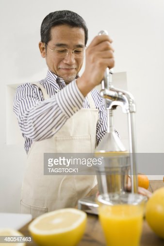 Hombre hacer jugo : Foto de stock