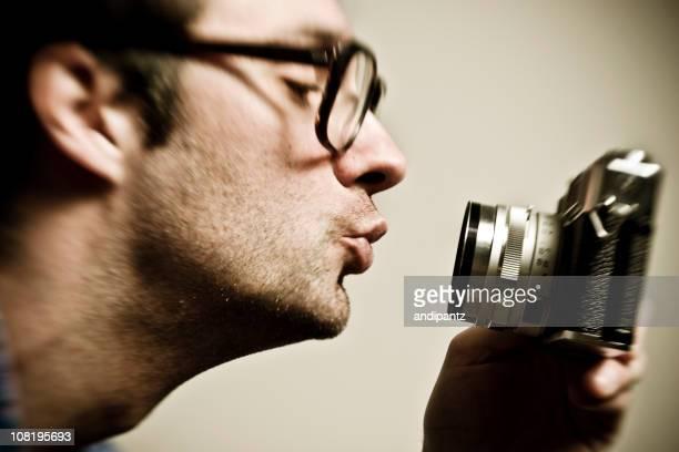 Hombre haciendo beso de labios en Vintage película de cámara