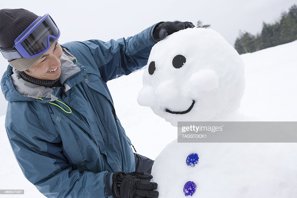 Mann machen Schneemann : Stock-Foto