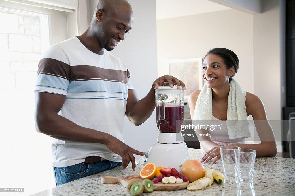 Man making wife a smoothy : Bildbanksbilder