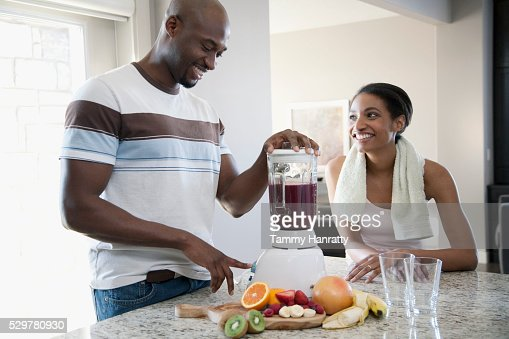 Man making wife a smoothy : Stock-Foto