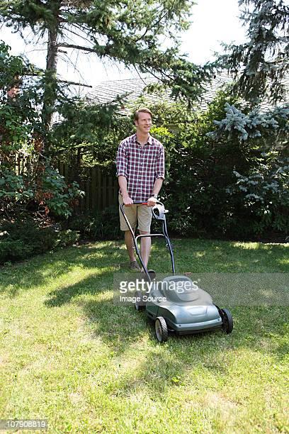 Herbe avec lawnmower homme Tondre la pelouse
