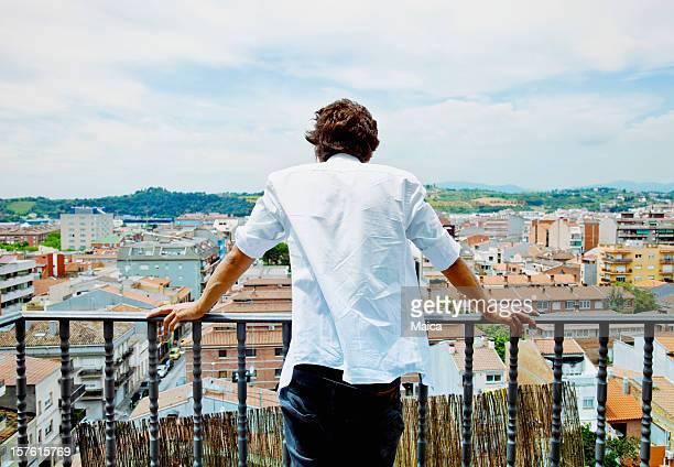 Mann auf Balkon