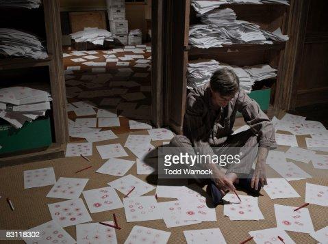 man on floor drawing patterns : Bildbanksbilder