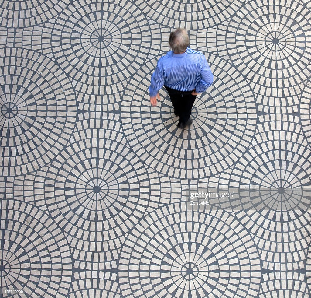 Homme sur un carrelage g om trique photo getty images - Carrelage motif geometrique ...