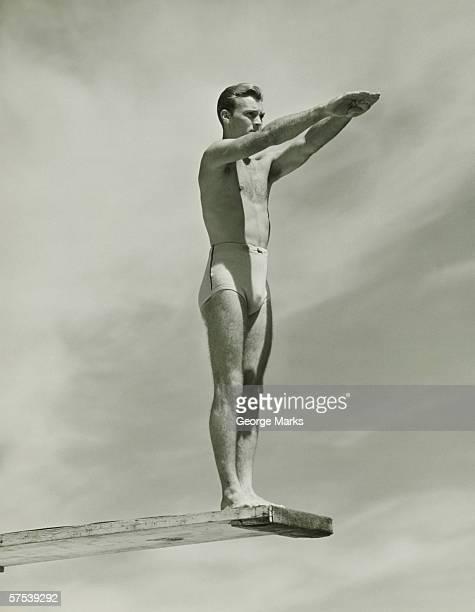 Mann auf Sprungbrett zu springen (B & W), tiefer Blickwinkel